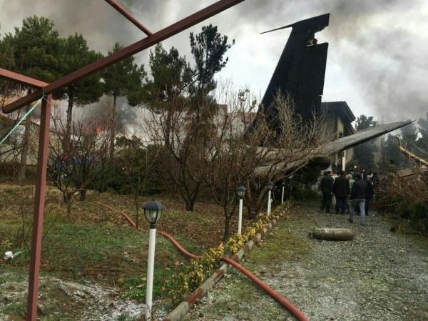 一架波音707货机在伊朗首都德黑兰附近坠毁。(图撷自Entekhab_News推特)