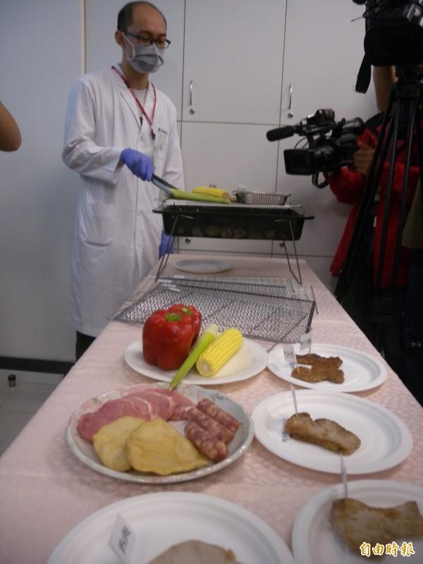 食藥署實測烤肉網等烤肉器具,確認烤肉時不會溶出重金屬。(記者吳亮儀攝)