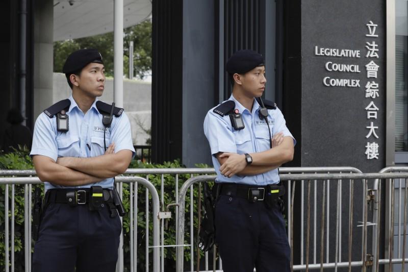 梁君彥表示立法會明日恢復《逃犯條例》修訂,立法會周遭戒備森嚴。(美聯社)