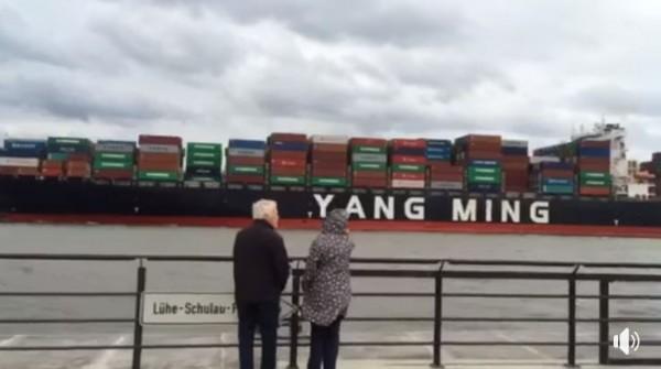 有網友今(2)日在臉書上指出,1艘陽明海運貨輪先前被拍到抵達德國漢堡港口時,當地港口竟然奏起台灣國歌。(圖擷取自爆料公社)