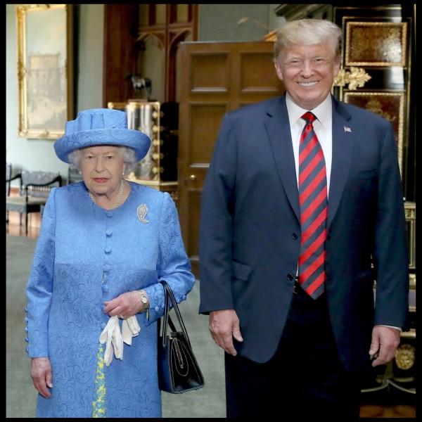 川普與英國女王伊莉莎白二世會面,行為舉止被指有失禮儀。(歐新社)