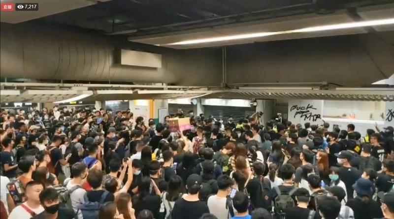 在參與今日晚間7點的「香港之路」人鏈活動後,超過百位港人晚間9點再度包圍葵芳站,大喊「我要回家」、「開門」。(圖擷取自《立場新聞》直播畫面)