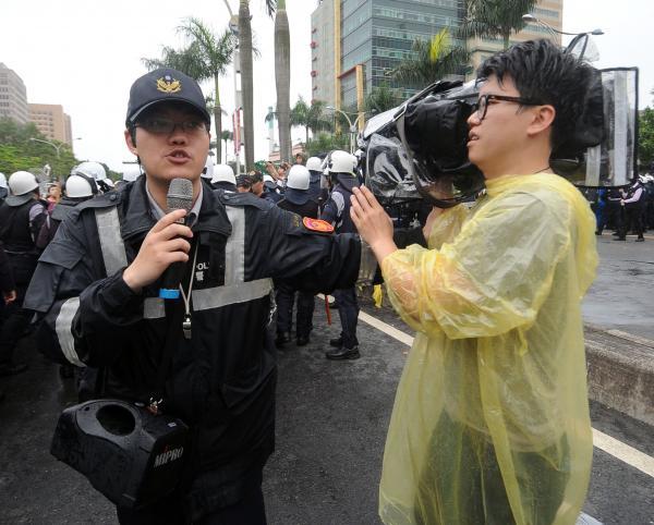 警方上午在驅離佔據忠孝東路與中山南路口的反核民眾行動中,部分員警仍舊阻擋媒體採訪。(記者王敏為攝)