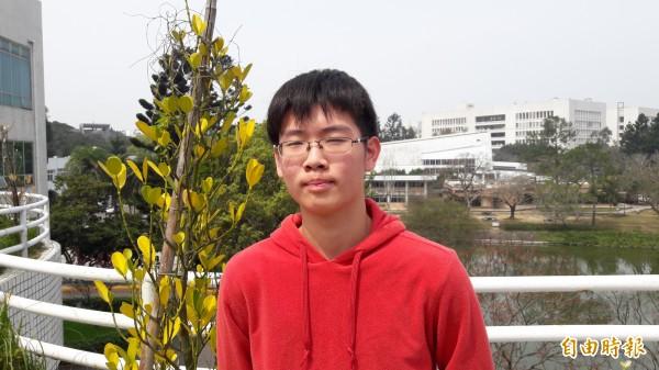 台灣西洋棋國手楊晉瑋獲選進清大拾穗計劃的學生,他還出版過看圖學西洋棋的中英文書,期許在西洋棋界有所發揮。(記者洪美秀攝)