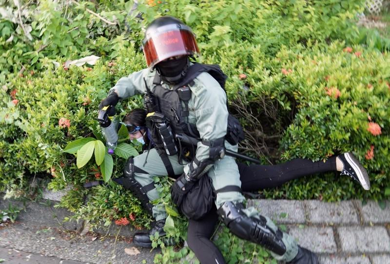 1名香港高階警務人員向外媒記者透露,「如果我說完全沒有人越界,這是不誠實的」。圖為昨(22)日警方於香港沙田區逮捕示威者情形。(路透)