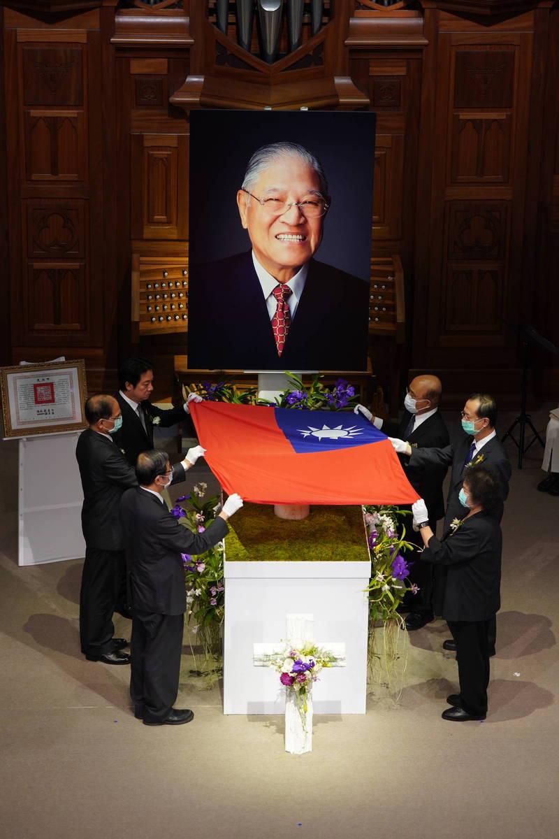 副總統賴清德率五院院長進行慰靈暨覆蓋國旗儀式。(台北市攝影記者聯誼會提供)