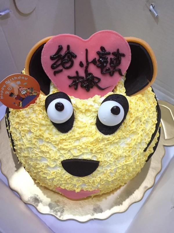 網友特別訂製「巧虎蛋糕」,打開時卻讓眾人看傻了眼。(擷取自爆廢公社)