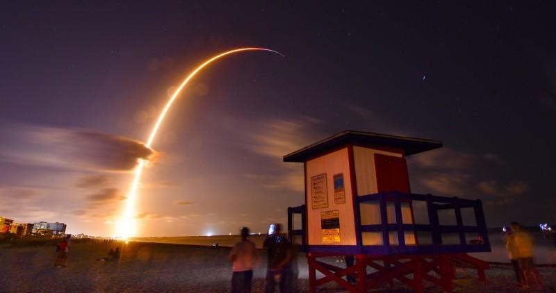 航太公司「SpaceX」今(24)日台灣時間上午10點30分,發射裝載60枚衛星的獵鷹火箭。(美聯社)