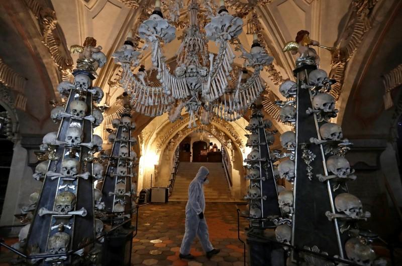 在捷克的塞德萊茨藏骨堂中,以人骨拼成的大型吊燈最具特色。(路透)