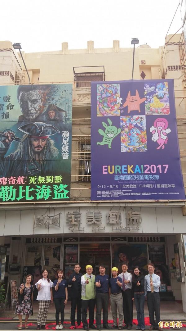 台南國際兒童電影節接畫比賽第一名作品被製成巨幅電影看板,高掛全美戲院上。(記者劉婉君攝)