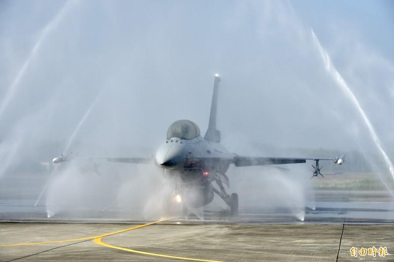 國軍今日在空軍嘉義基地安排一架F-16V block20戰機,進行自動化清洗作業。(記者塗建榮攝)