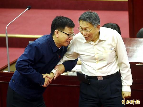 台北市長柯文哲(右)11日出席市議會市政總質詢,接受議員質詢。左為市議員潘懷宗。(記者方賓照攝)
