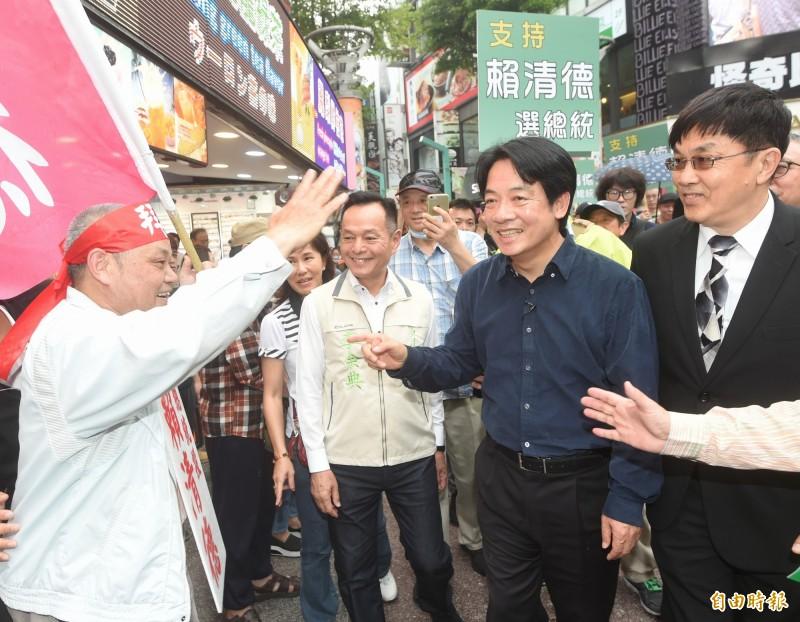 賴清德今天在台北舉行簽書會,向支持者致意。(記者方賓照攝)