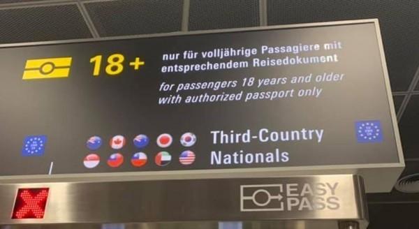德國法蘭克福機場僅開放10國護照快速通關,台灣名列其中。(圖擷取自爆廢公社)