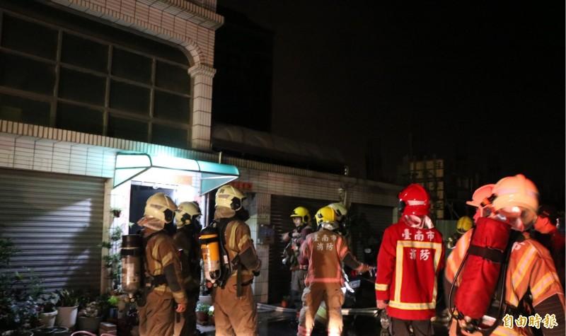 台南永康自強路一處民宅凌晨傳出火警,消防人員到場後趕緊佈線搶救。(記者萬于甄攝)