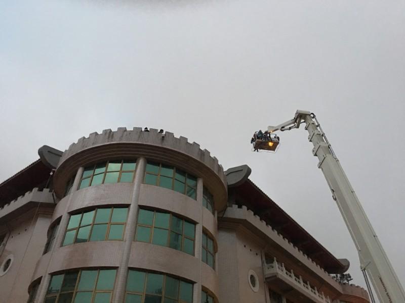 中國文化大學大典館失火,消防局出動雲梯車搶救受困學生。(記者陳恩惠翻攝)