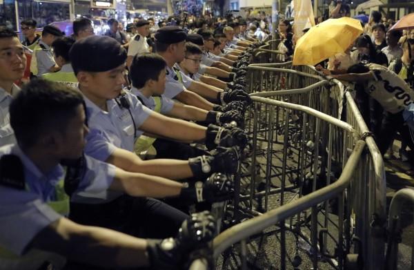 香港警察和抗議民眾對峙。(美聯社)