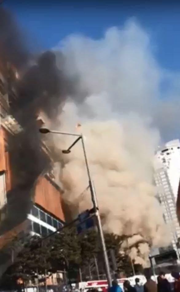 南韓京畿道水原市一處公寓建築工地,於今日下午2時40分發生大火。(圖擷自YouTube)