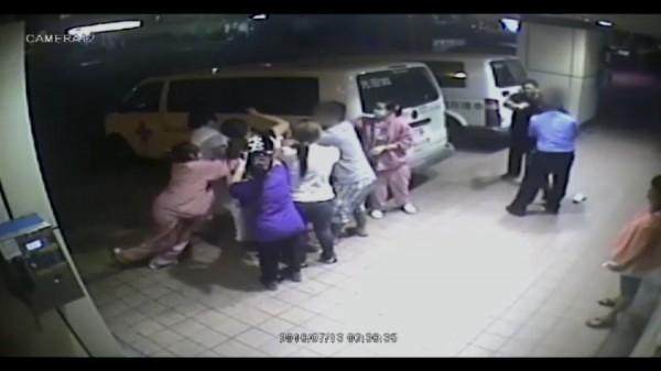 台中光田醫院13日凌晨發生一家人追打毆傷護理師事件,圖為眾人在急診室門口拉扯。這起急診暴力也引發社會關注。(資料照,記者張軒哲翻攝)