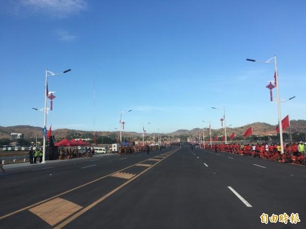中國捐贈巴紐的「獨立大道」揭幕,由於今天是巴紐當地國定假日,擁入相當多民眾。(記者黃佩君攝)