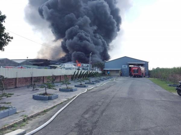 環保回收場失火警,濃煙沖天。(記者吳俊鋒翻攝)