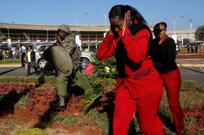 肯亞當局派出鎮暴警察驅趕罷工員工。(路透)