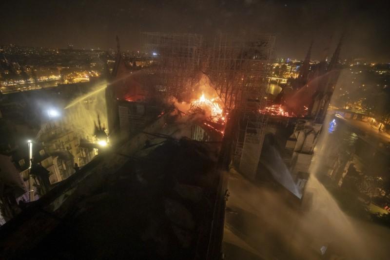 法國巴黎聖母院大火難以撲滅,震驚全世界。(美聯社)
