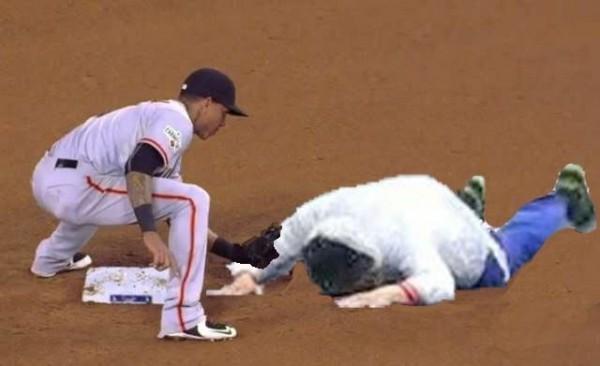 柯文哲跌倒後被P成撲壘照,看來應該會是觸殺出局。(圖擷自PTT)
