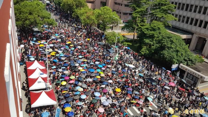 台灣社會響應香港「撐香港,反送中」,今天黑衣人潮聚集在立法院外,主辦單位剛剛宣布現場集會人數已經突破5千人。(記者劉信德攝)