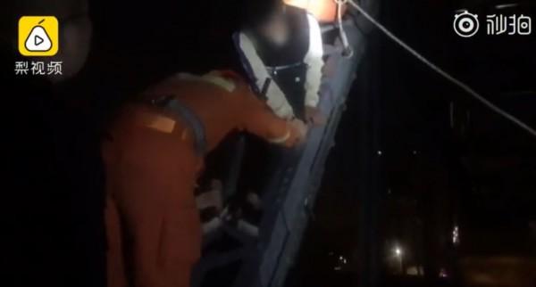 中國一名男子因告白遭拒,便打算以死相逼,爬上橋準備跳河自殺。(圖翻攝自微博)