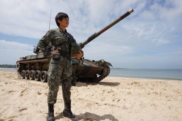 漢光演習第3天,離島首位裝甲部隊女軍官的金防部戰車營戰一連少尉排長何玟蒨,成為「嬌」點。(中央社)
