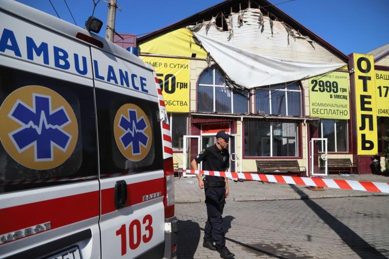烏克蘭旅館今晨發生大火,警方及救護人員仍在現場善後清查。(法新社)