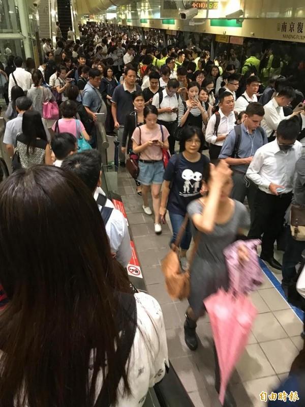 台北市宣布11日正常上班上課,市長柯文哲特地在臉書上解釋理由。圖為台北市10日宣布下午4點起停班停課後,捷運南京復興站一度被人潮擠爆。(記者黃建豪攝)