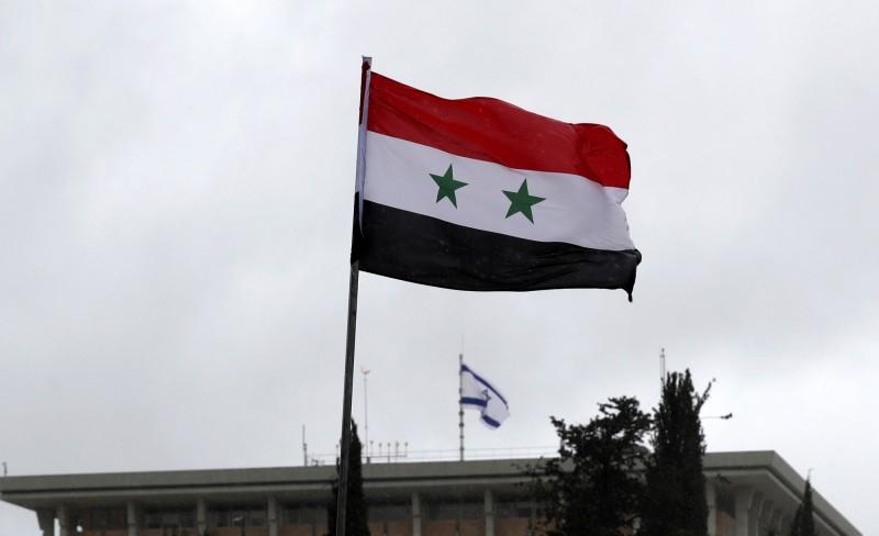 美國日前公布最新的年度人權報告,提及約旦河西岸、加薩走廊等地區時,用詞避開遭以色列「占領」,讓巴勒斯坦極為不滿。圖為在以色列議會附近飄揚的敘利亞國旗。(歐新社)