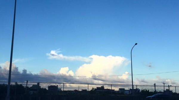 在颱風來臨前的今天,有民眾在宜蘭的天空拍到了「龍雲」。(圖擷取自爆料公社)