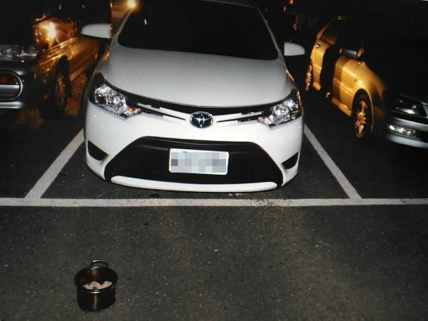 一對年輕母子於6日深夜在南市安平區的停車場中,在車內燒炭自殺身亡。(記者王俊忠翻攝)