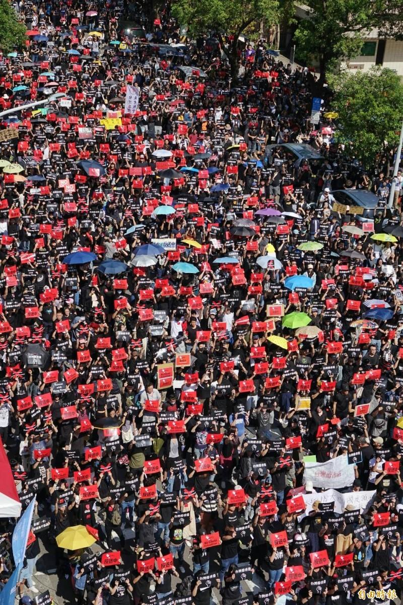 活動於下午2點開始,2點前,立法院外濟南路群眾已坐滿前半路段,仍不斷有身穿黑衫的人們加入。(記者劉信德攝)