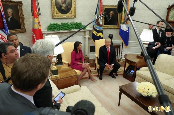川普在白宮橢圓形辦公室告訴記者,將再對價值2670億美元(台幣約8兆2844億元)的中國商品加徵進口關稅。(路透)