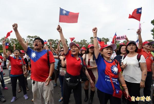支持洪秀柱的團體在忠烈祠外聚集了兩三百位民眾,大喊「洪秀柱加油」。(記者簡榮豐攝)