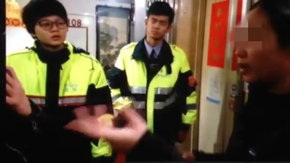 畫面右方馬來西亞籍女子在香香雙博士大旅社遭張淑晶詐騙,警可主動介入偵辦。(記者徐聖倫翻攝)