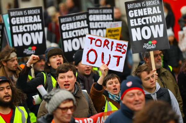 繼法國「黃背心」運動後,英國倫敦12日也模仿巴黎的抗議活動,極右派和極左派人士都身著黃背心,因脫歐問題當街槓上互毆。(歐新社)