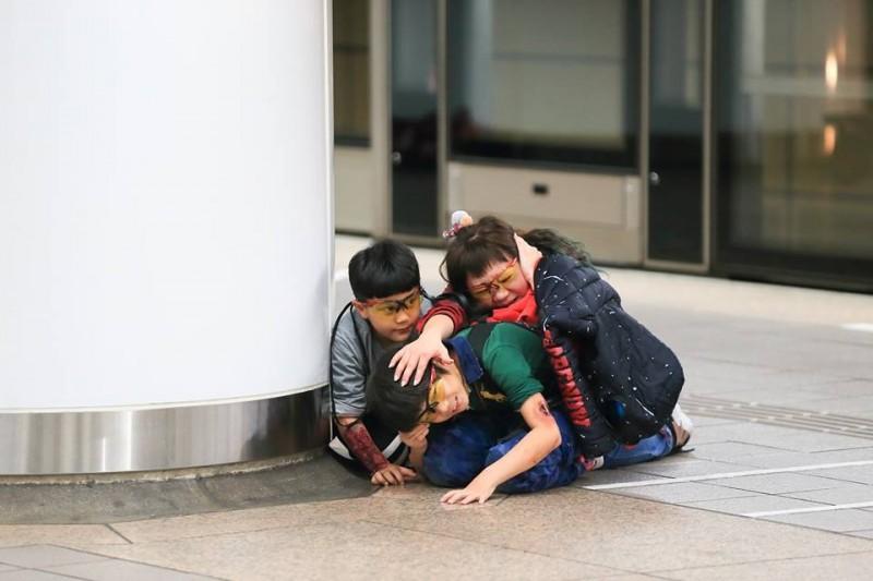 小孩子們也一同參與反恐演練。(圖擷取自NPA署長室)