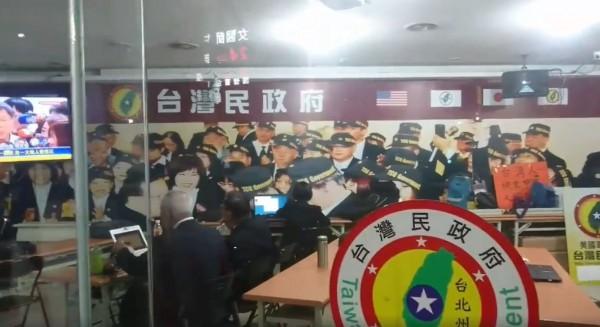 昨日起就有該組織成員在「台北州辦事處」內看著新聞,臉上愁雲慘霧的樣子,被網友看見後直呼「公司倒了,要失業了」。(圖擷取自臉書)