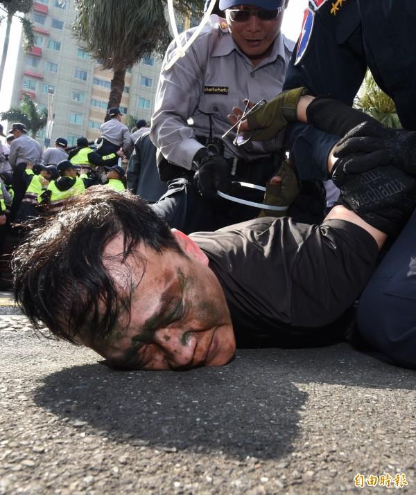 「八百壯士」等反年改團體遊行變調,已造成警察15人受傷,更有媒體記者14人也受攻擊。多名闖入立法院的群眾被警方制伏、逮捕管束。(記者劉信德攝)