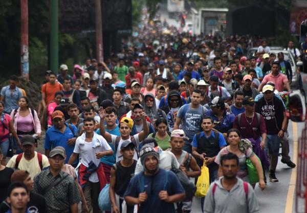 12日大批難民從宏都拉斯啟程,企圖入美國尋求幫助。(法新社)