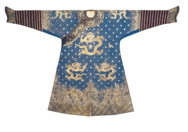 近日英國倫敦的拍賣會上出現1件中國清代乾隆時期的「藍金龍袍」,據說曾有英國軍官蕭爾(Offley Shore)穿著這件龍袍跑趴。(圖擷取自邦瀚斯拍賣所網站)