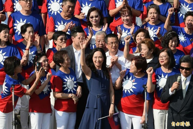 國民黨總統參選人韓國瑜妻子李佳芬今下午出席民間舉辦的「愛國旗、愛國家」國慶大會,原訂下午2點抵達,李卻遲到將近1小時,也錯過了與馬、吳同台。(記者廖振輝攝)
