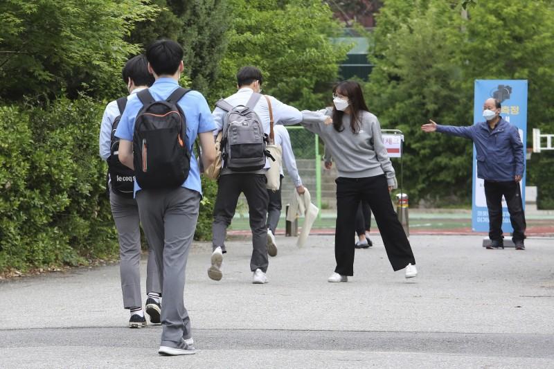 南韓今各級學校全面復課,不料昨新增40例確診,為49天以來新高,目前確診數累計達11265例。(美聯社)