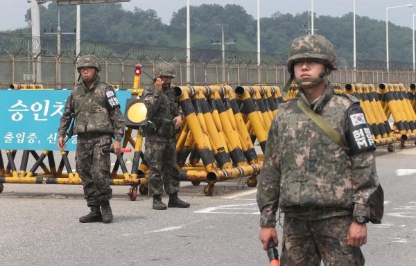 面對北韓挑釁,南韓嚴陣以待。圖為南韓在邊境的士兵。(美聯社)