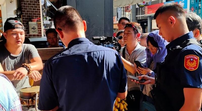 廣德家疑被韓粉檢舉,流落騎樓做生意警找上門。(圖擷取自公民割草行動)